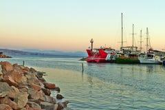 埃拉特海湾的看法与游艇的 免版税库存图片