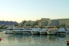 埃拉特海湾的看法与游艇的 库存照片