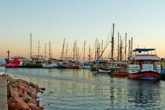 埃拉特海湾的看法与游艇的 免版税库存照片
