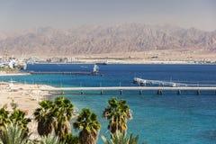 从埃拉特的看法往亚喀巴在约旦 以色列 免版税库存图片