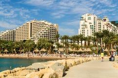 """埃拉特,以色列†""""2017年11月7日:在中央海滩的全景埃拉特,以色列 免版税库存照片"""