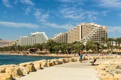 """埃拉特,以色列†""""2017年11月7日:在中央海滩的全景埃拉特,以色列 免版税库存图片"""