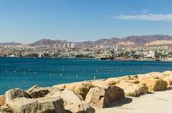 """埃拉特,以色列†""""2017年11月7日:在埃拉特的全景从码头的边 免版税库存图片"""