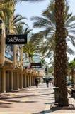 """埃拉特,以色列†""""2017年11月7日:城市散步、游人、棕榈树、商店和旅馆 库存照片"""