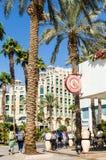 """埃拉特,以色列†""""2017年11月7日:城市散步,有走的游人的,棕榈树购物和旅馆 免版税库存图片"""