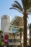 """埃拉特,以色列†""""2017年11月7日:富豪酒店海滩,位于埃拉特散步 库存图片"""