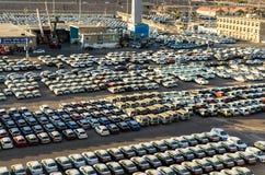 """埃拉特,以色列†""""2017年11月7日:新的汽车在埃拉特,以色列货物港排队了  免版税库存图片"""