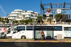 """埃拉特,以色列†""""2017年11月7日:游人,学习公共汽车行程表,埃拉特街道,以色列 免版税库存照片"""