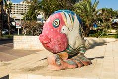 """埃拉特,以色列†""""2017年11月7日:鱼五颜六色的雕塑与对此画的鸠,城市博物馆,埃拉特,以色列的 库存照片"""