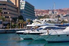 埃拉特,以色列- 2011年11月:有靠码头的游艇的小游艇船坞 库存照片