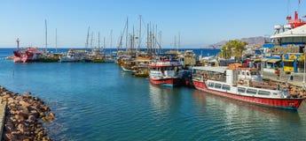 埃拉特,以色列2018年3月17日:在中央小游艇船坞的平静的早晨在埃拉特,以色列 免版税库存照片