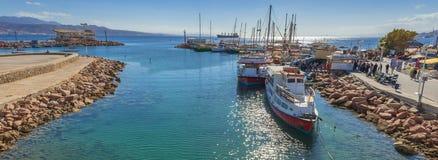 埃拉特,以色列- 2018年1月15日:有游船和游艇的中央小游艇船坞在埃拉特 免版税库存图片