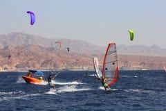 埃拉特,红海,埃拉特,以色列海湾的风帆冲浪者  免版税库存图片