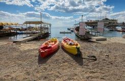 埃拉特,以色列- 2017年2月, 15日:中央公开海滩在埃拉特 免版税图库摄影