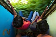 埃拉,斯里兰卡2018年4月17日:看两的十几岁乘坐在2类火车和外面 免版税库存照片