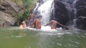 埃拉,斯里兰卡- 2014年3月:站立在瀑布前面的河的轻松的人民的慢动作 影视素材