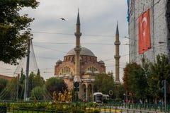 埃斯基谢希尔,土耳其:雷沙迪耶街和雷沙迪耶清真寺视图在埃斯基谢希尔市 库存图片