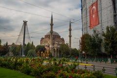 埃斯基谢希尔,土耳其:雷沙迪耶街和雷沙迪耶清真寺视图在埃斯基谢希尔市 免版税图库摄影