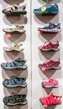 埃斯基谢希尔,土耳其- 2017年8月11日:不同的孩子凉鞋的汇集在一家商店在埃斯基谢希尔 库存照片