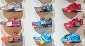 埃斯基谢希尔,土耳其- 2017年8月11日:不同的运动鞋的汇集在一家商店在埃斯基谢希尔 库存图片