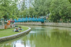 埃斯基谢希尔,土耳其- 2017年6月14日:享受在草的青年时期晴朗的夏日在Porsuk河,埃斯基谢希尔附近 免版税库存图片
