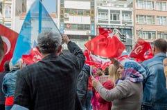 埃斯基谢希尔,土耳其- 2017年4月15日:展示的人们说不在街道的公民投票的 库存照片