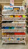 埃斯基谢希尔,土耳其- 2017年8月16日:另外颜色街道画切除卵巢在架子显示的油漆罐头在Banio建筑市场上 图库摄影