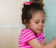 埃斯基谢希尔,土耳其- 2017年5月05日:一个小女孩的画象在教室 库存图片