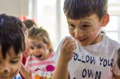 埃斯基谢希尔,土耳其- 2017年5月05日:与出席动物天事件的色的面孔的学龄前孩子在幼儿园 免版税图库摄影