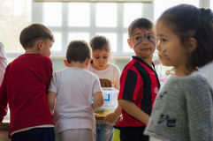 埃斯基谢希尔,土耳其- 2017年5月05日:与出席动物天事件的色的面孔的学龄前孩子在幼儿园 图库摄影