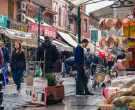 埃斯基谢希尔,土耳其- 2017年3月13日:人们在公开市场上 库存照片