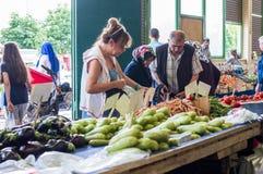 埃斯基谢希尔,土耳其- 2017年6月15日:传统典型的土耳其杂货义卖市场的人们在埃斯基谢希尔,土耳其 库存图片
