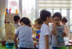 埃斯基谢希尔,土耳其- 2017年5月05日:出席动物天事件的学龄前孩子在幼儿园 免版税库存照片