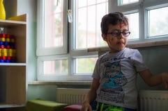 埃斯基谢希尔,土耳其- 2017年5月05日:单独坐在教室的小男孩 图库摄影