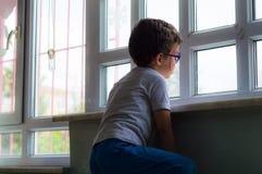 埃斯基谢希尔,土耳其- 2017年5月05日:单独坐在教室的小男孩 免版税库存照片