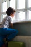 埃斯基谢希尔,土耳其- 2017年5月05日:单独坐在教室的小男孩 库存图片