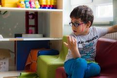 埃斯基谢希尔,土耳其- 2017年5月05日:单独坐在教室的小男孩 免版税图库摄影