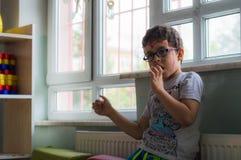 埃斯基谢希尔,土耳其- 2017年5月05日:单独坐在教室的小男孩 库存照片