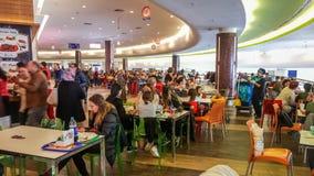 埃斯基谢希尔,土耳其- 2017年4月08日:在商城的拥挤食品店在埃斯基谢希尔 免版税图库摄影
