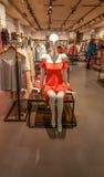 埃斯基谢希尔,土耳其- 2017年4月18日:在时装模特的花梢衣物在一家商店在埃斯基谢希尔 图库摄影