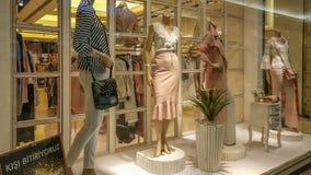 埃斯基谢希尔,土耳其- 2017年4月18日:在时装模特的花梢衣物在有销售的一家商店签到埃斯基谢希尔 免版税库存图片