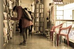 埃斯基谢希尔,土耳其- 2017年3月13日:在购物中心的妇女审查的物品 库存照片