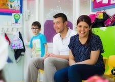 埃斯基谢希尔,土耳其- 2017年5月05日:坐和观看他们的孩子的父母在一间学龄前教室 库存照片