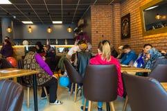 埃斯基谢希尔,土耳其- 2017年4月15日:坐在咖啡馆商店的人们 免版税图库摄影