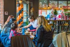 埃斯基谢希尔,土耳其- 2017年4月15日:坐在咖啡馆商店的家庭 免版税库存图片