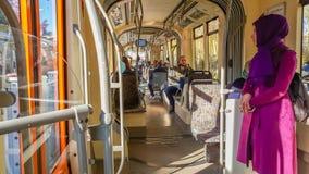 埃斯基谢希尔,土耳其- 2017年4月01日:埃斯基谢希尔电车轨道的乘客 免版税库存图片