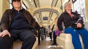 埃斯基谢希尔,土耳其- 2017年4月03日:埃斯基谢希尔电车轨道的乘客 库存图片