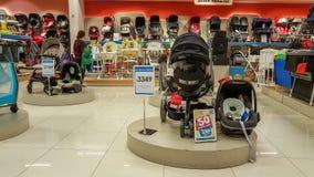 埃斯基谢希尔,土耳其- 2017年4月08日:女性顾客、微型汽车位子和婴孩在一个超级市场主持部分在埃斯基谢希尔 免版税库存图片