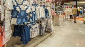 埃斯基谢希尔,土耳其- 2017年4月08日:女性顾客购物在婴孩商店商店在埃斯基谢希尔 免版税库存照片