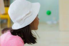 埃斯基谢希尔,土耳其- 2017年5月05日:学龄前小女孩佩带的白色头在教室 免版税库存照片